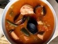 Густой томатный суп с семгой, тигровыми креветками и мидиями