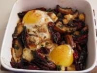 Запеченная яичница с грибами, белым сыром и вялеными помидорами
