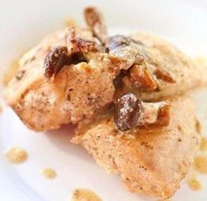 Курица, тушенная с грибами и сметаной