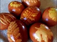 Окрашивание пасхальных яиц с помощью луковой шелухи