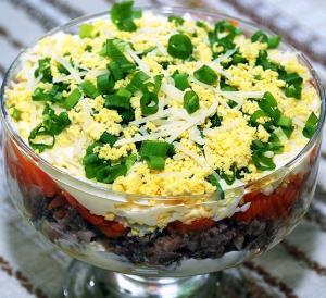 Очень вкусный рыбный слоеный салат