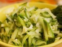 Салат из дайкона, огурца и авокадо