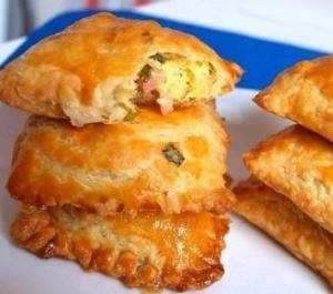Пирожки из солоеного теста с зеленым луком, сыром и вечиной