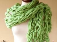 Вязание руками объемного шарфа. Мастер-класс