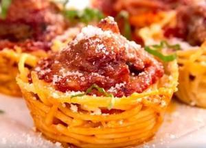 Маффины из спагетти с томатным соусом