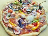 Пицца с морскими гадами, приготовленная в угольном гриле