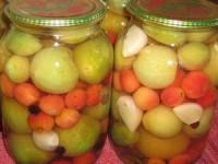 Маринованные зеленые помидоры с яблоками и чесноком на зиму