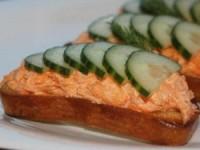 Чесночные гренки с морковным салатом
