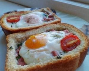 Бутерброд с яичницей и сосисками