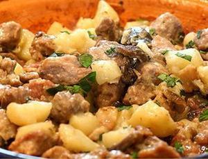 Пряная свинина по-украински с грушами и картофелем