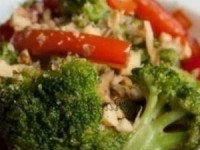 Теплый салат из перца и брокколи