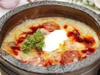 Чесночный суп с охотничьими колбасками в горшочках
