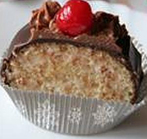 Рулет с кокосовым кремом и темным шоколадом